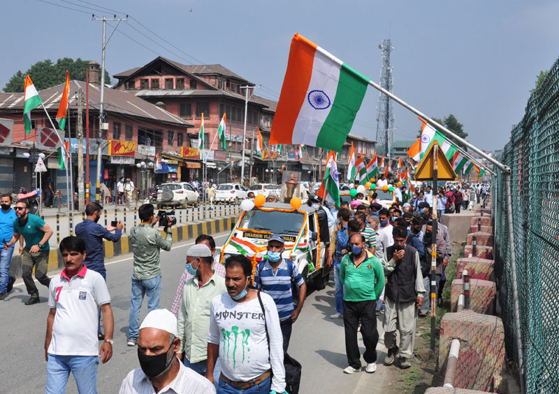Army war veterans along with the locals in Kashmir carrying the Victory Flame during the 'Tiranga rally'
